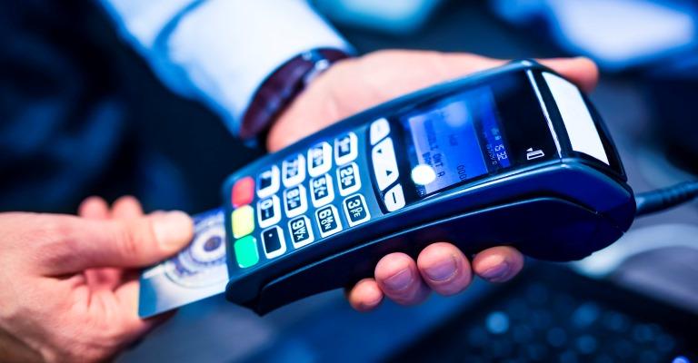 Em cada dez usuários de cartão de crédito, dois são adeptos de bancos digitais