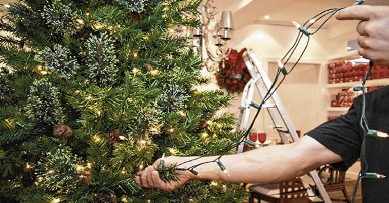 Veja como instalar enfeites natalinos sem correr riscos