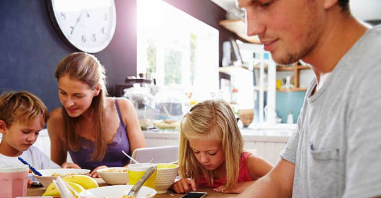 Almoço de família: separe uma cadeira para o smartphone