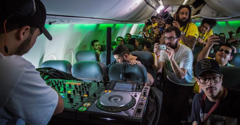 DJ toca em pleno voo e agita os passageiros