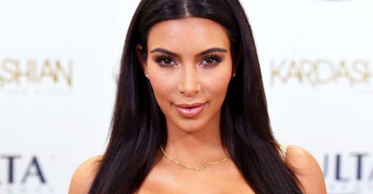 Kim Kardashian posa nua para capa de revista