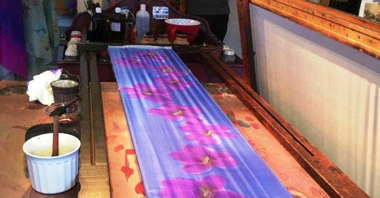 Os lenços de seda pintados à mão em Québec