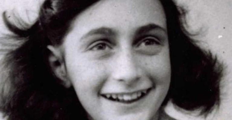 Livro assinado por Anne Frank é leiloado em Nova York