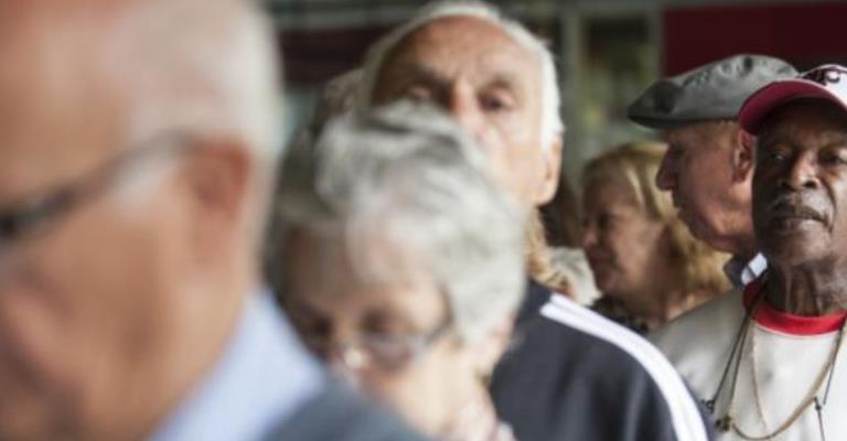Aposentados e pensionistas começam a receber 13º salário