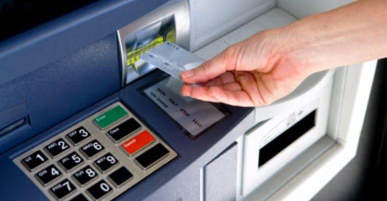 Bancos só voltam a abrir na quarta-feira às 12h