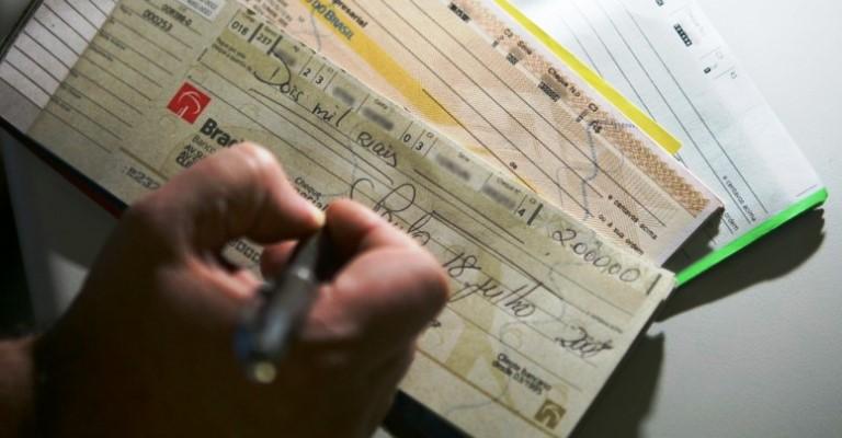 Cai o número de cheques devolvidos em junho