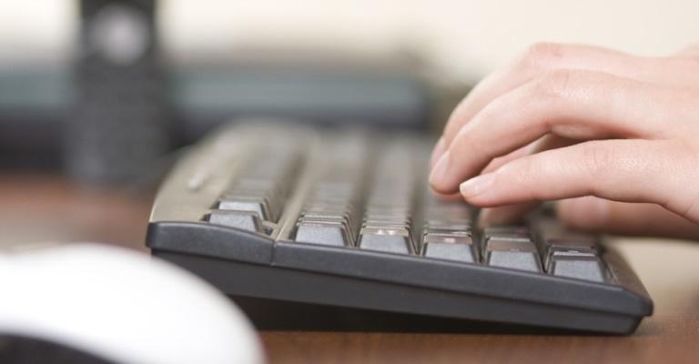 Escolas devem desenvolver meios educativos para abordar cyberbullying