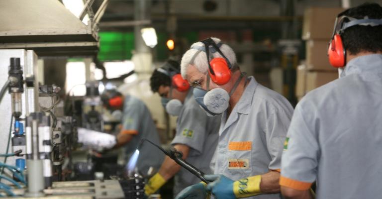 Produção industrial tem em abril maior queda em 18 anos