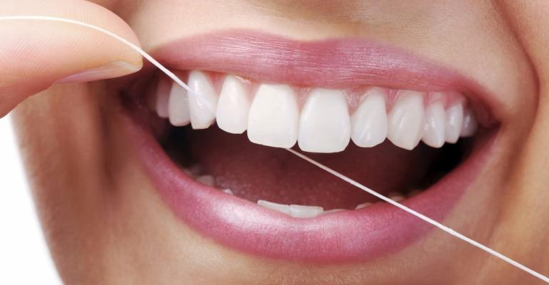 Os danos causados pela falta do uso de fio dental