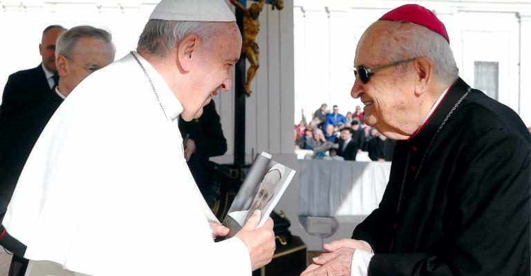 Papa Francisco recebe a versão brasileira do seu livro