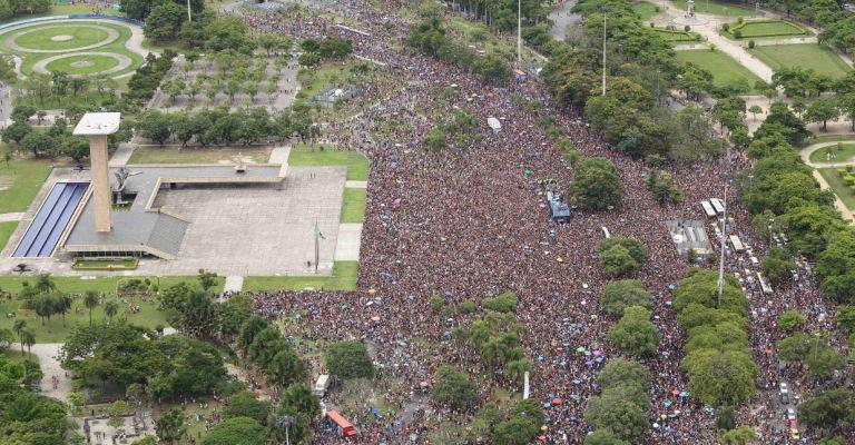 João Bosco & Vinícius arrastam multidão em Bloco no Rio