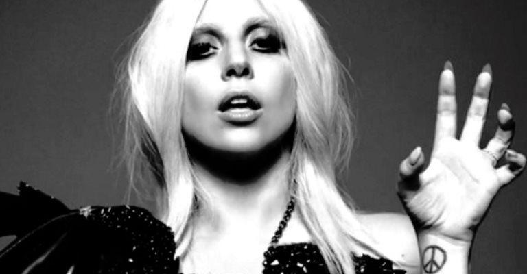 Lady Gaga faz tatuagem em homenagem a Bowie
