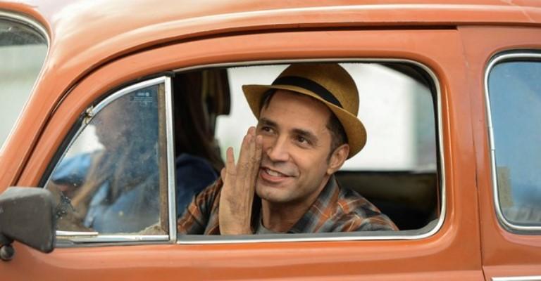 """Latino interpreta cover de si mesmo no filme """"Duas de Mim"""""""
