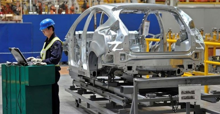 Venda de veículos caiem agosto, masprodução regista aumento