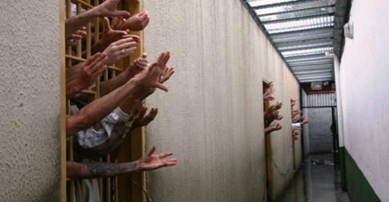 Facções criminosas dominam presídios do pais, diz OAB