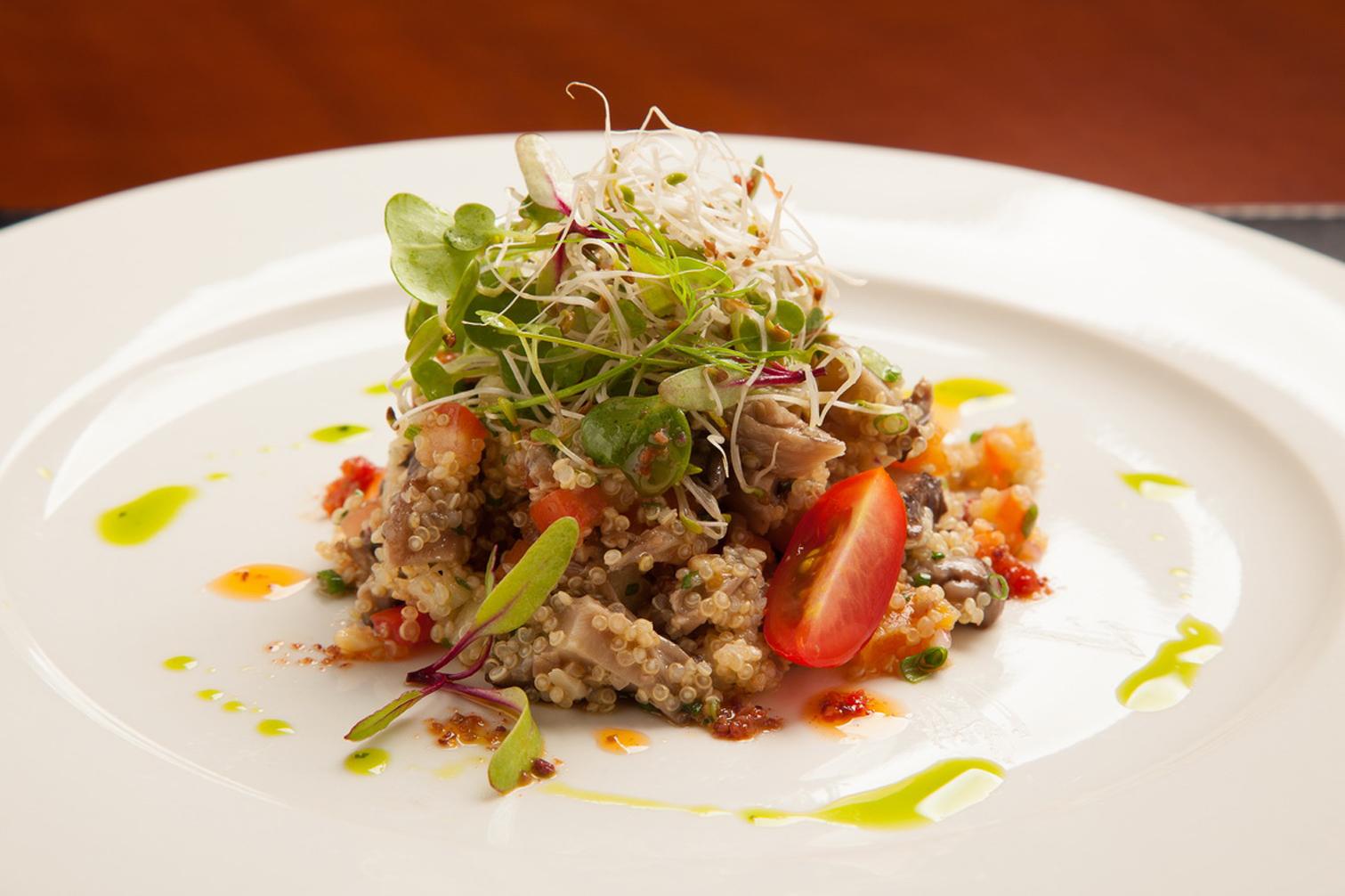 Salada de quinoa com legumes, uva passa e castanha de caju