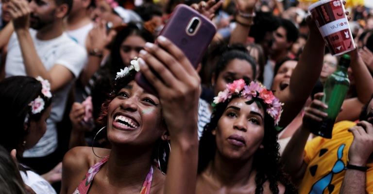 Nove em cada dez foliões usarão redes sociais no Carnaval