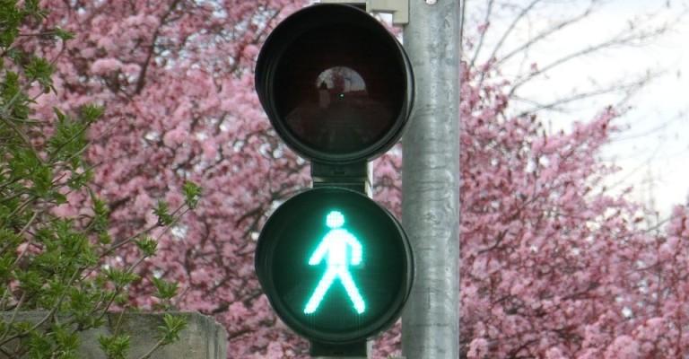 Semáforo inteligente prevê quando alguém quer atravessar a rua