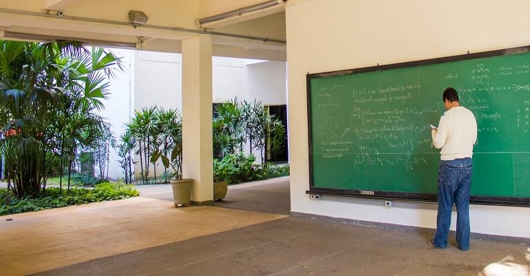 USP São Carlos abre concurso para professor em matemática