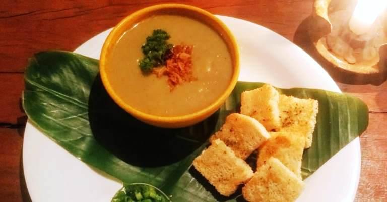 A deliciosa receita de sopa de banana verde com bacon de Lapinha da Serra