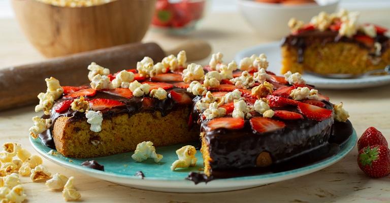 Bolo de Cenoura com Chocolate, Morango e Pipoca