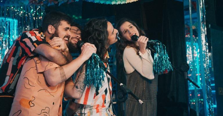 Banda 'Plutão Já Foi Planeta' lança clipe gravado em karaokê