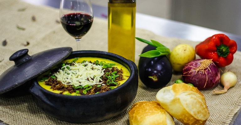 Sopa de batata baroa com carne de sol e queijo coalho