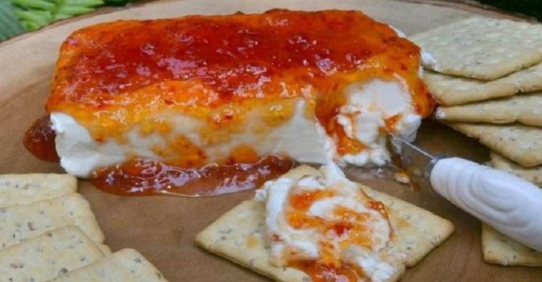 Roda de Queijo Brie com Geleia de Pimenta