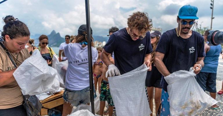 Equipe de vendas da Cerveja Corona vai ajudar a limpar as praias do nordeste