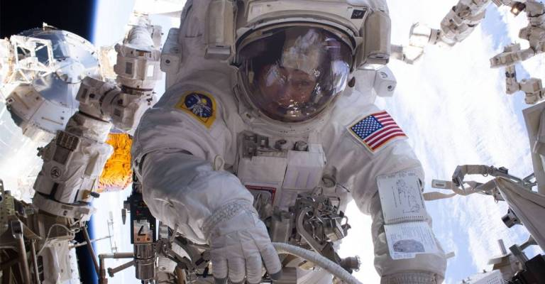 Astronautas da Nasa concluem caminhada espacial de 7 horas