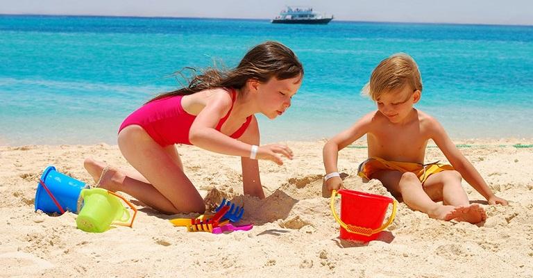 Especialista lista os principais cuidados que os pais devem ter com as crianças na praia