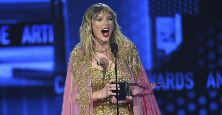 Taylor Swift é homenageada como artista da década