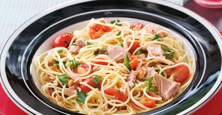 Espaguete com tomate cereja e atum