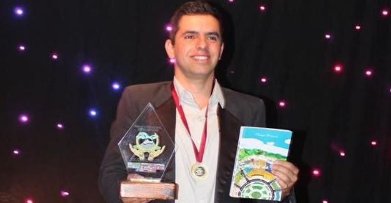 Escritor/poeta mineiro é premiado em evento internacional