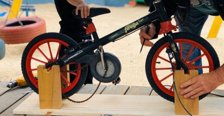 """Garoto cria """"bicimáquina"""" para ensinar outras crianças a pedalar sem rodinhas"""