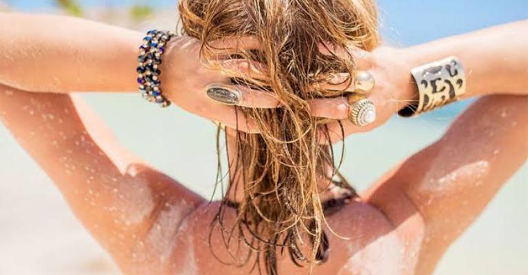 Como tratar e proteger os cabelos no verão