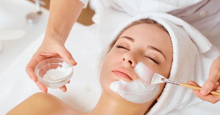 Quatro passos para diminuir a oleosidade da pele no verão