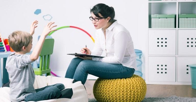 Ensino básico precisa, sim, de psicólogos e assistentes sociais