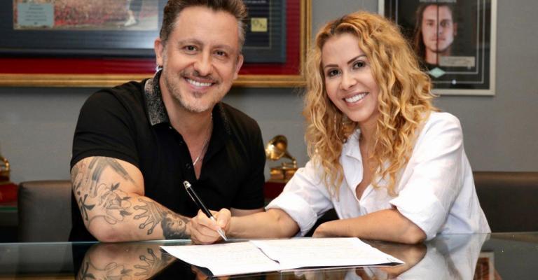 Joelma assina contrato com nova gravadora
