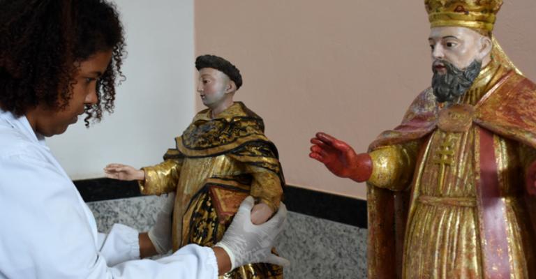 Estátuas de São Pedro e São Gonçalo do Amarante são restauradas em Minas
