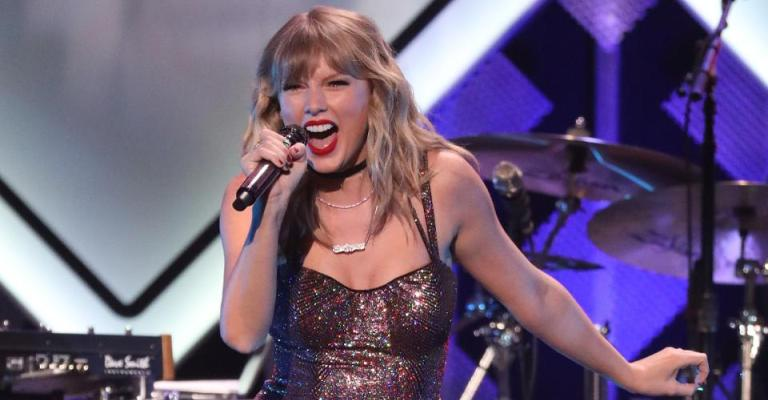 Taylor Swift é eleita artista do ano pela 6ª vez no American Music Awards