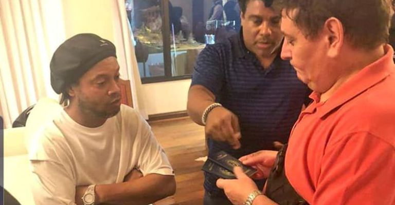 Ronaldinho Gaúcho é flagrado com documentos falsos no Paraguai
