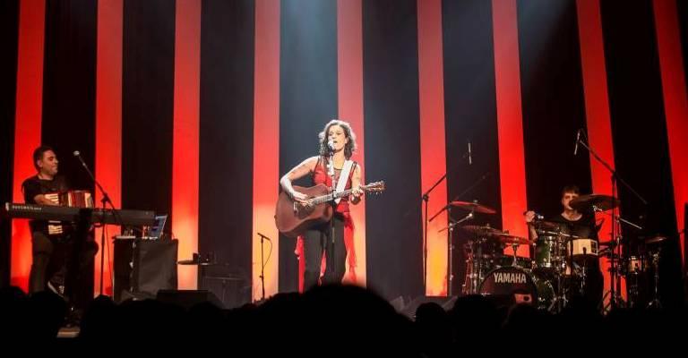 Zélia Duncan transmite show sem plateia após cancelamento