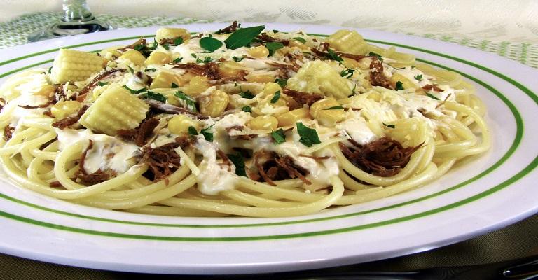 Saiba como fazer espaguete ao creme de milho com carne