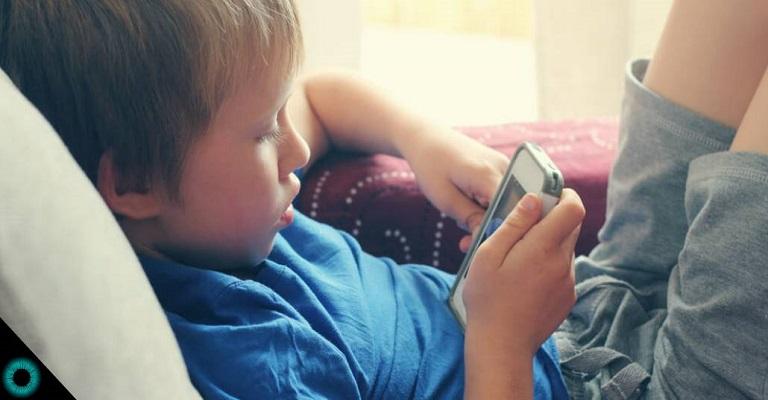 Tempo demais no celular faz mal à visão das crianças