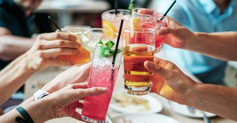 Bebida alcoólica engorda? Como o álcool interfere na rotina de quem quer emagrecer
