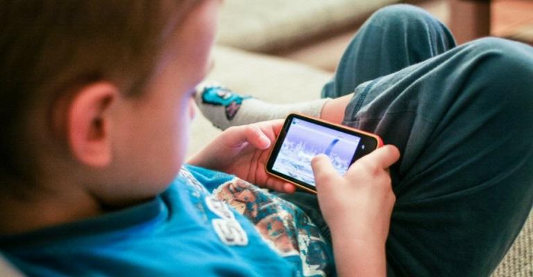 Seu filho é viciado em telas?