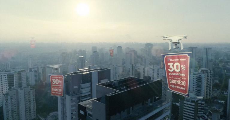 Rede de pizzarias usa drone para entregar desconto nas janelas dos clientes