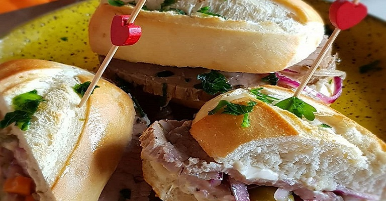 Sanduíche de pão com lagarto marinado. Quer experimentar?