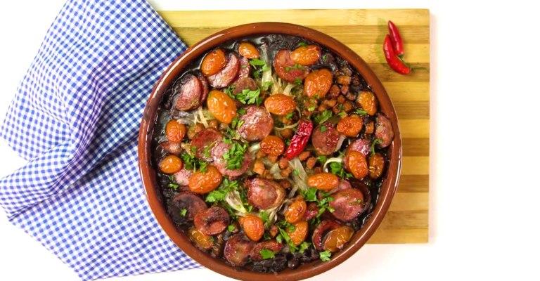 Feijão ao forno com tomates-cereja é dica de receita para almoço ou jantar